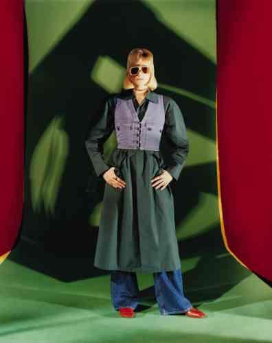 Gilet en denim, trench coat en coton popeline et mocassins en cuir, Gucci. Jeans en denim, Gerard Darel. Lunettes en acétate et cuir, General Eyewear. Tour de cou en métal doré, Christian Dior.