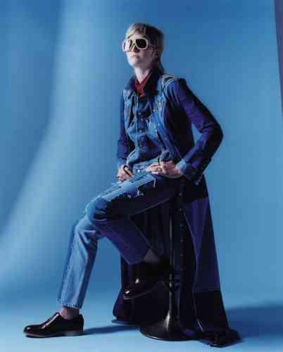 robe en denim, Coach 1941. Veste et jeans en denim, Chemise en polyester et Collier chaîne en métal, Vetements. Chaussures en cuir, J.M. Weston. Lunettes en acétate et cuir, General Eyewear.