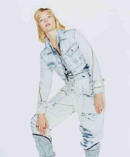 veste en denim, Maje. Combinaison et Jeans en denim, Stella McCartney. Boots en denim, Isabel Marant.