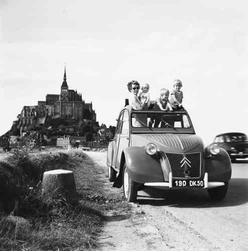 Tout au long de ses plus de quarante ans de carrière, la 2CV a largement contribué à démocratiser l'automobile. Elle peut transporter quatre passagers, voire davantage, dans des conditions de confort assez remarquables pour l'époque.