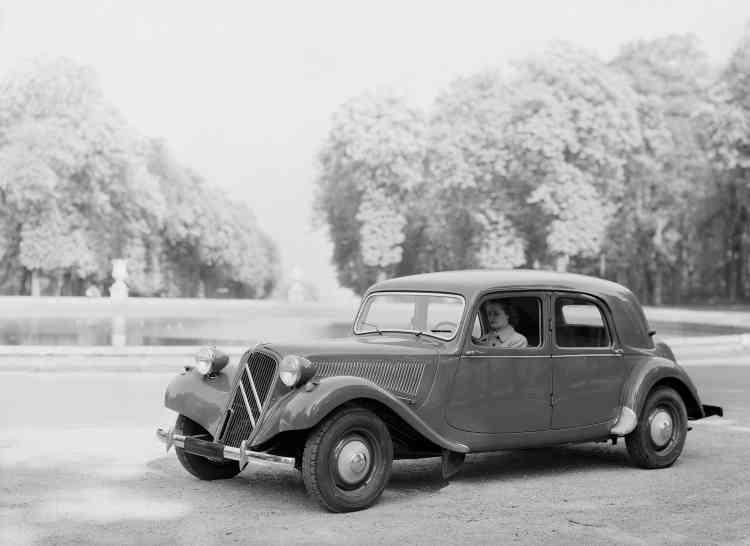 La 11 Légère bouleverse le monde, plutôt conservateur, de l'automobile d'avant-guerre en popularisant le principe des roues avant motrices qui améliore considérablement la tenue de route.