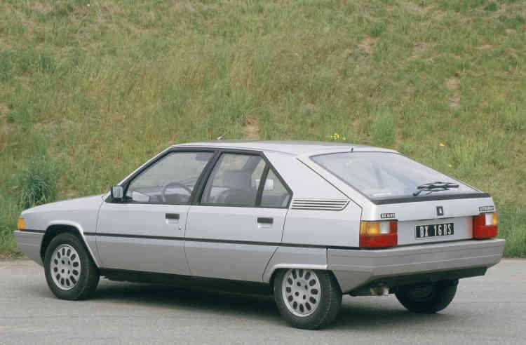 Dessinée par le carrossier Bertone, la BX est une familiale qui va connaître un grand succès. Sa ligne élégante, sa suspension hydropneumatique et ses motorisations qui grimperont jusqu'à 160 ch continuent de forcer l'admiration des Citroënistes.