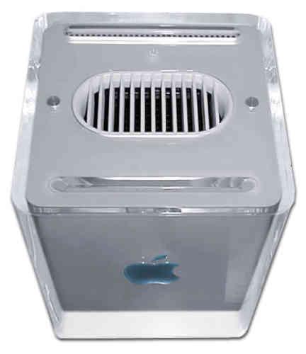 Au départ, les créations de Jony Ive emploient abondemment le plastique, comme ce PowerMac G4 Cube sorti en 2000, dont la forme créative tranche avec la mine triste des PC de l'époque. L'alliance entre Jobs et Ive est scellée. Les deux hommes partagent beaucoup d'idées sur le design.