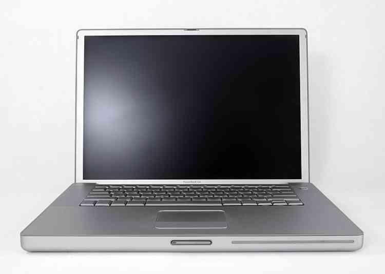 Le PowerBook G4 15 de 2003 est l'un des premiers ordinateurs Apple qui troque le plastique pour l'aluminium.Ce matériau deviendra la clef du design industriel d'Apple, puis progressivement, de la conception des appareils fabriqués par ses concurrents. Sans être trop lourd, l'aluminium est bien plus protecteur que le plastique.