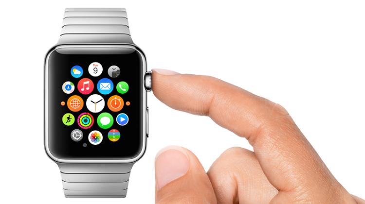 L'Apple Watch sort en 2015. Son dessin à la fois élégant et original lui permet de trouver une petite place dans un marché où l'esthétique compte beaucoup, et où les montres arborent des personnalités très différentes. La Watch, elle, n'a que ses cadrans virtuels variés et ses bracelets pour s'adapter au goût de chacun.