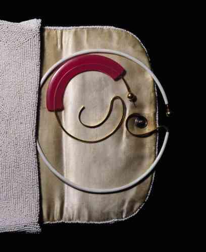 De haut en bas, créole XXL en or, argent et émail blanc, créole en or, argent et émail rose, Marco Panconesi. Sac en perles vintage.