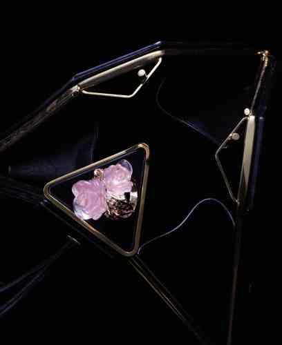 Page de gauche, bague Rose Dior Pré Catelan en or rose, quartz rose et diamants, Dior Joaillerie. Sac en cuir, Bottega Veneta.