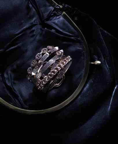 Bracelet Alchimie en or rose et spinelles noires, Hermès. Sac en velours vintage.