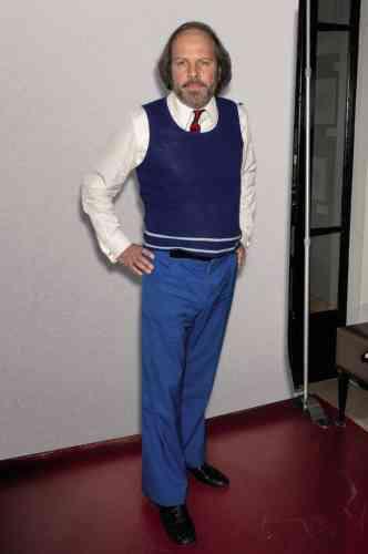 César du meilleur second rôle dans «Le Grand Bain», Philippe Katerine est aujourd'hui à l'écran dans le film «Yves», de Benoît Forgeard. Dans quelques semaines, il sortira aussi un nouvel album que l'on annonce truffé de collaborations avec de jeunes stars du hip-hop. Une preuve supplémentaire que l'on peut vivre avec son temps tout en portant des habits d'une autre époque. Pour ne pas dire d'un autre siècle en ce qui concerne ce spectaculairegilet bleu à col U.