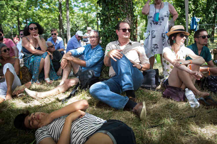 Des festivaliers à l'écoute du débat sur le traitement médiatique du mouvement des «gilets jaunes», samedi 13 juillet.
