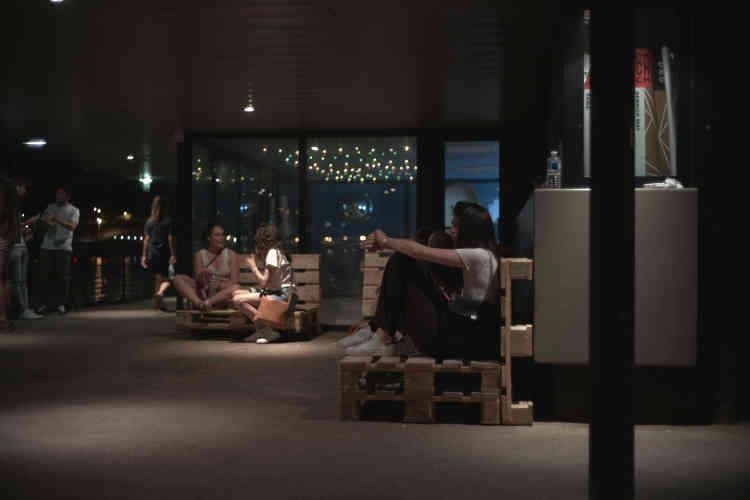 Pas de coussins –habituellement disposés sur les palettes en bois – pour le dernier week-end de fête, mais le sous-sol n'a pas désempli pour autant pendant les trois soirées et les deux journées.