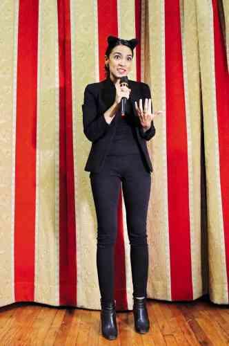 Education, couverture santé, défense des minorités… En vue des élections de mi-mandat, Alexandria Ocasio-Cortez ouvre de nombreux fronts. Et ne recule pas devant un peu de mise en scène. Ici, elle arbore un déguisement de chat, plus précisément de «bodega cat», du nom que l'on donne aux félins chargés de chasser les nuisibles dans les commerces latino-américains de New York. L'objectif est clair : fêter Halloween, tout en revendiquant ses origines portoricaines, sans oublier de faire hurler les réacs au passage.