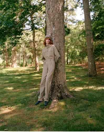Chemise, pantalon et chapeau en coton, The Academy New York. Derbys en cuir effet serpent, Gabriela Hearst.