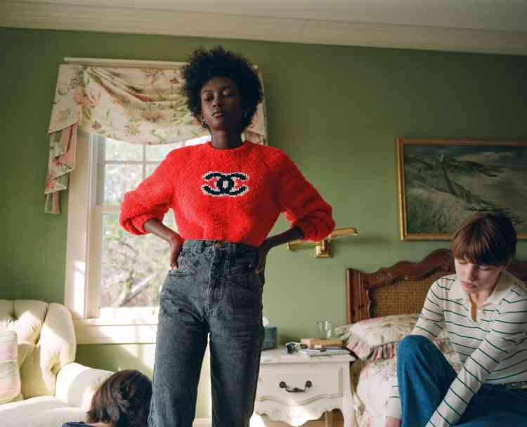 A gauche, pull en laine, Chanel. Jeans, Isabel Marant. A droite, polo en coton, Ply-Knits. Jeans, Sandro.