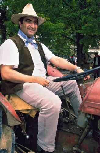 Vous éprouvez un léger inconfort en regardant cette image? Cela s'explique facilement. En ce jour d'août, Christian Jacob, ministre délégué à la famille du gouvernement Raffarin, est venu célébrer à Provins, la ville dont il était maire, la fin des moissons. Il a donc enfilé un chapeau de paille, noué autour de son cou un bandana, comme John Wayne dans «Rio Bravo»ou presque, puis il est monté sur un tracteur et s'est mis à sourire benoîtement. D'où votre léger inconfort.