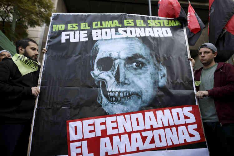 A Brasilia, Jair Bolsonaro, après avoir évoqué une «psychose environnementale», a finalement tenu tard jeudi une réunion de crise avec une demi-douzaine de ses ministres (ici à Buenos Aires, en Argentine).