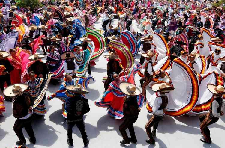 Ce record de la plus grande danse folklorique au monde efface le précédent exploit réalisé au même endroit en 2011, avec 457 participants.