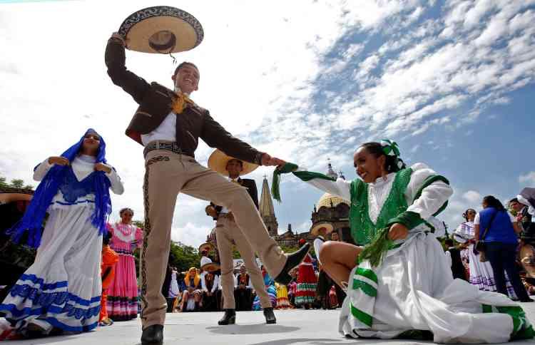 Les hommes ont dansé sur des chansons de mariachi en portant les traditionnels costumes de «charro» (utilisés pour la charreria, une pratique sportive des communautés mexicaines d'éleveurs de bétail remontant au XVIe siècle), avec des broderies, des chapeaux mexicains et des bottes.
