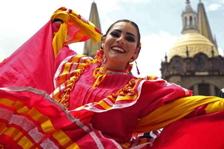 Les femmes portaient des robes multicolores et leurs coiffures étaient entrelacées de rubans. Le costume fait partie des critères étudiés par le Guinness des records.