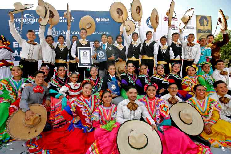 La plupart des danseurs provenaient d'écoles de danse folklorique.«Ce nouveau record montre la poursuite de la diffusion de nos traditions auprès des jeunes», s'est réjoui le président de la chambre de commerce de Guadalajara, qui organisait l'événement.