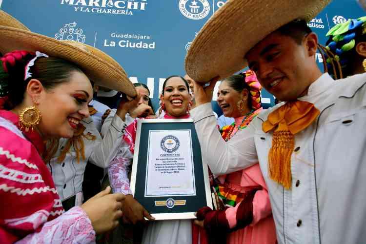 Le livre Guinness des records a enregistré la participation de 882 personnes dansant au rythme de la musique mariachi samedi 25 août, dans le cadre de la Rencontre internationale du Mariachi à Guadalajara, dans l'ouest du Mexique.