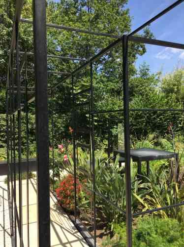 Fait d'une «maison» largement ouverte pénétrée par la nature qui la cerne, ce jardin est le produit d'une construction mentale. Les catégories de la psychanalyse sont ainsi évoquées pour partir à la recherche du «paradis» qui serait en nous.