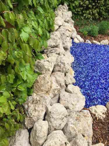 Le sol bleu de ce jardin représente le ciel, tandis que les nuages sont suggérés par des fleurs blanches. En parallèle aux réseaux souterrains avec lesquels les plantes communiquent entre elles, des codes QR à flasher délivrent des messages aux visiteurs.