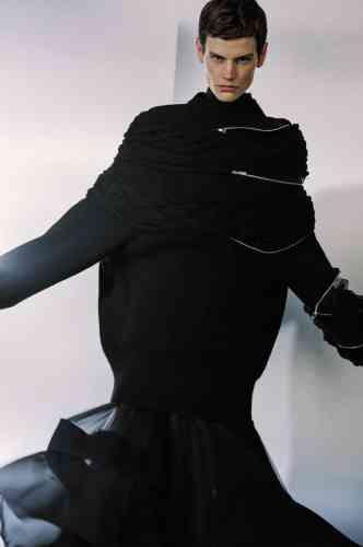 Chemise en soie, pull torsadé en laine avec fermetures en métal argenté, jupe plissée en soie avec bande en drap de laine, Sacai.