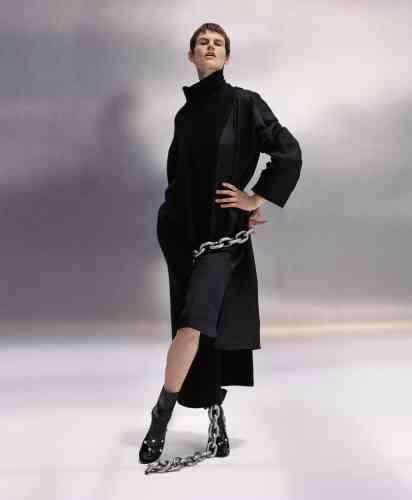 Robe-chemise en organza de soie, robe à col roulé et à pans, Jil Sander. Chaussettes en similicuir, Pan&The Dream. Mules en cuir verni avec strass, N°21.