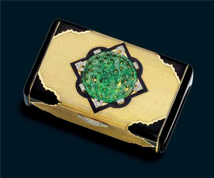 « Le centre, orné d'un motif de losange en émail et diamant, encadre un disque de jade sculpté et ajouré qui figure des oiseaux tournoyant autour d'une pivoine – symbole de l'arrivée du printemps. Le fermoir est serti de diamants. »