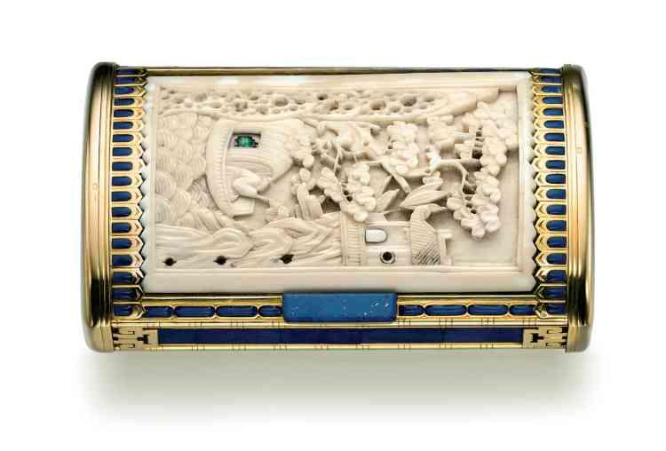 """«Ce nécessaire a appartenu à Thami El Glaoui (1879-1956), surnommé le """"Seigneur de l'Atlas"""", qui fut le pacha de Marrakech de 1912 à 1956, l'un des hommes les plus puissants du Maroc et les plus riches du monde. Il a inspiré l'emblématique montrePasha de Cartier. »"""