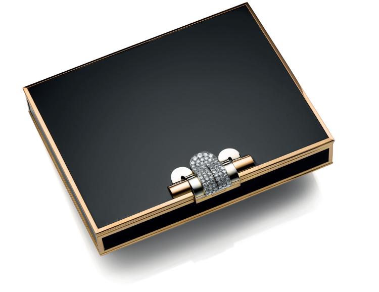 «Cette boîte dissimule à l'intérieur un miroir, un poudrier compact amovible et comporte plusieurs compartiments secrets. »