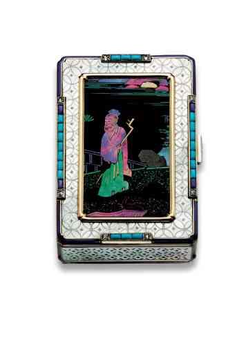 «Louis Cartier était un grand collectionneur d'objets en laque burgauté, une très ancienne technique chinoise réalisée à partir d'éléments en nacre colorée sur fond noir. A partir de 1924, Cartier utilise des panneaux nacrés sur toute une série d'objets, surtout des nécessaires.»