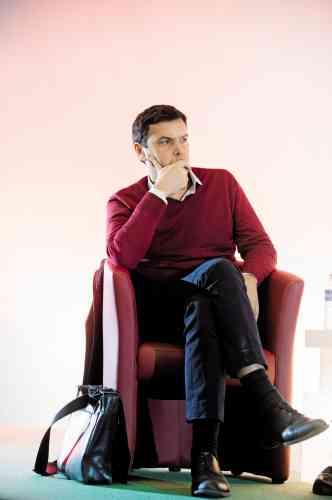 En fait, non. Malgré le succès planétaire de son ouvrage, Thomas Piketty fréquente toujours des endroits poussiéreux (en l'occurrence, le siège du PCF), porte toujours une chemise blanche et n'a pas encore investi dans des chaussettes hautes, ou mi-bas, qui lui permettraient de ne pas dévoiler, en position assise, un pan de mollet. Finalement, l'économiste à succès ne semble avoir développé qu'une seule coquetterie : accorder son pull au fauteuil sur lequel il a pris place.