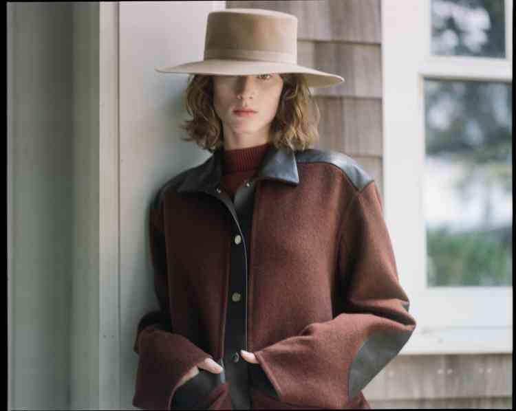 Veste en laine et cuir et pull en laine, Hermès. Chapeau en feutre, Alberta Ferretti.