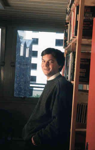 Né à Clichy d'un père technicien et d'une mère institutrice, Thomas Piketty a suivi la voie royale. Élève surdoué, il a intégré Normale-Sup, a présenté une thèse brillante, puis il a enseigné au MIT, dans le Massachusetts, avant de devenir chargé d'études au CNRS. Ce qui lui donne le droit, à 26ans, de s'habiller d'une chemise blanche et d'un pull en lambswool de grand-père, et de traîner dans les allées sombres d'une bibliothèque poussiéreuse. Moralité? Dans la vie, tout se mérite.