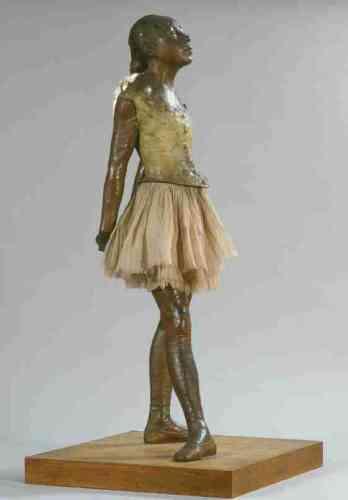 """«Cette œuvre est la seule sculpture que Degas ait exposée de son vivant, en1881. Avec ses vrais cheveux, son nœud de satin, son réel corset, son tutu de gaze et ses véritables chaussons – et, originellement, son épiderme de cire imitant de la texture de la peau, elle approchait du réel de manière troublante et a suscité, en conséquence, de vives réactions : les critiques dénonçant le «front vicieux» de la ballerine, son """"museau populacier"""" et sa """"bestiale effronterie"""".» Marine Kisiel"""