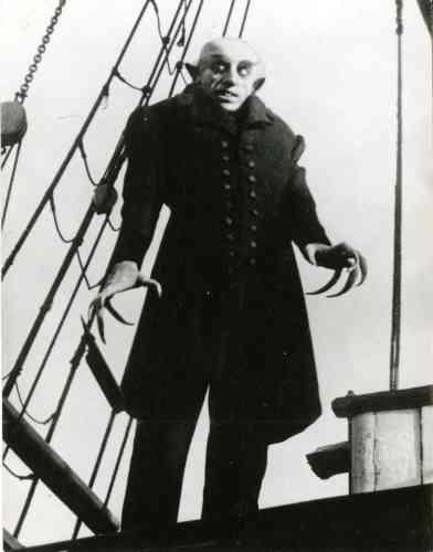 «Max Schreck, dans le rôle du Comte Orlok, est le premier vampire de l'histoire du cinéma. Dans Nosferatu, adptation non-autorisée du roman Dracula de Bram Stoker (publié en 1897), Murnau l'imagine monstrueux, avec des crocs de serpent et des griffes aiguisées prêtes à posséder sa proie. Jusqu'à aujourd'hui, l'héritage de Nosferatu est immense et parfois surprenant. Dans Batman, le défi de Tim Burton (1992), le méchant interprété par Christopher Walken, se nomme Max Schreck. Huit ans plus tard, dans L'Ombre du vampire, le cinéaste E. Elias Merhige fait du tournage du film culte de Murnau une fiction et prétend que l'acteur allemand était un vrai et dangereux vampire».