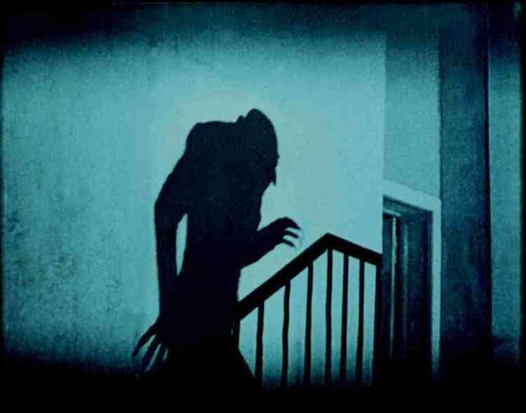 «Principalement connu comme le producteur, le décorateur et le costumier du Nosferatu de Murnau, l'architecte allemand Albin Grau était féru d'occultisme. Homme de l'ombre, ce filme expressionniste, au sujet métaphysique (l'affrontement de l'amour et de la mort), lui doit beaucoup.»