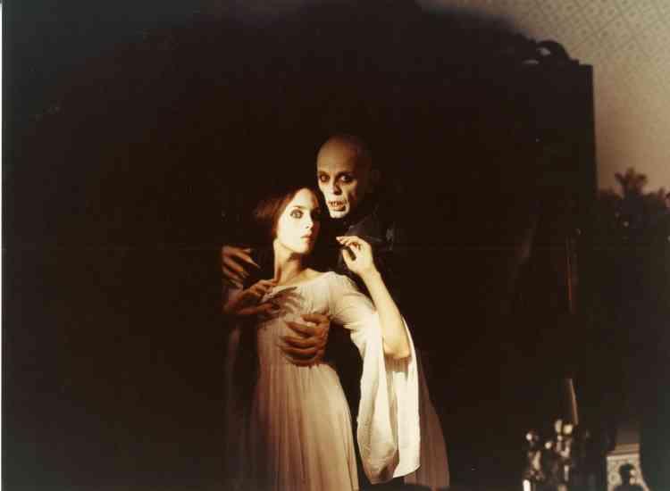 «Nosferatu, fantôme de la nuit n'est ni une suite ni un remake du film de Murnau de 1922 : c'est un hommage. A travers ce film halluciné, le réalisateur Werner Herzog se reconnecte à l'histoire du cinéma allemand d'avant la barbarie nazie, c'est-à-dire à la génération des maîtres du muet. Dans ce film, le Comte des ténèbres, interprété par Klaus Kinski, est un vampire qui souffre de ne pas être aimé en retour de l'évanescente Lucy (étymologiquement, la lumière), interprétée par Isabelle Adjani».