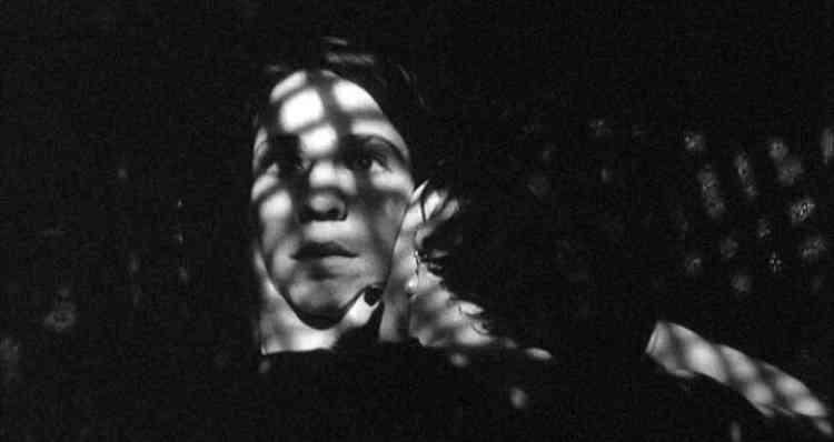 «The Addiction (film à petit budget, tourné en noir et blanc) raconte l'histoire de Kathy (Lily Taylor), une jeune étudiante en philosophie pétrie de maximes de Nietzsche et Heidegger, dont la vie bascule après avoir été vampirisée par une femme fatale une nuit en plein New York. Juste avant cette scèn ede contamination, Kathy vient de voir une projection de diapositives sur le massacre de My Lai au Vietnam. Dans tout le film, les différentes expériences vampiriques de l'héroïne sont précédées d'une confrontationà des images historiques de génocide. Ces images inoculées sont pour Kathy autant de traumas qui lui feront questionner en voix off son addiction, euphorisante et destructrice comme la drogue, au sang des autres mais aussi au Mal. »