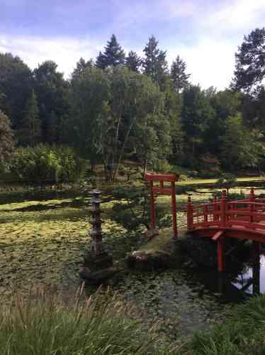 Le portique, ou torii, délimite un périmètre consacré. Le pont conduit à l'île de la Grue et à celle de la Tortue.