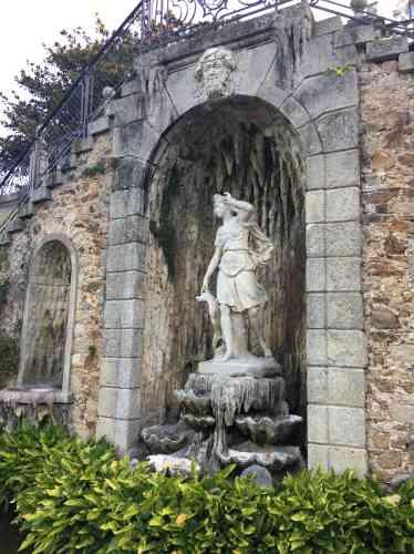 Conçu au XXe siècle par l'architecte Alexandre Marcel, les escaliers qui mènent au parc abritent une grotte. La statue est une copie de la Diane de Coysevox. Les bénitiers, eux, sont d'authentiques coquillages.