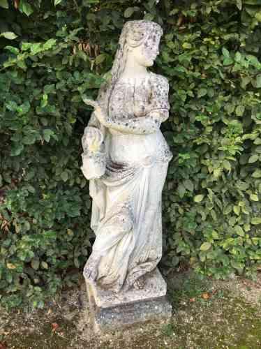 Mousse, statues et rideaux de verdure contribuent au charme de la promenade.