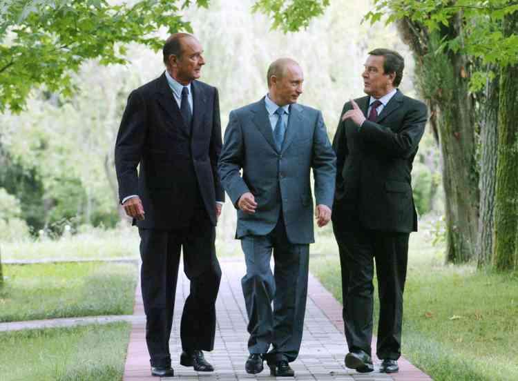 Aux côtés de Vladimir Poutine et de Gerhard Schröder, en août 2004, à l'occasion du sommet de Sotchi, en Russie.