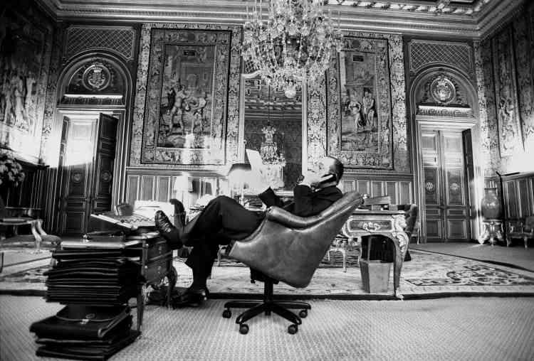 Dans son bureau de l'hôtel de Ville de Paris, en 1980.