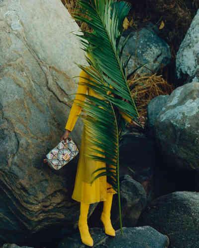 Sac Baguette en cuir et broderies, bottes high-tech en tissu technique et robe en organza, Fendi.