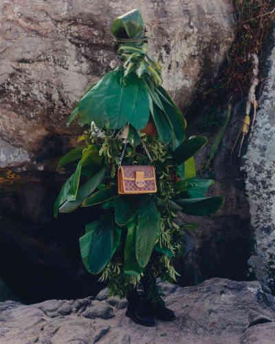 Sac Dauphine en cuir et toile Monogram LV Pop, Louis Vuitton. Mocassins 180 triple semelle en cuir, JM Weston.