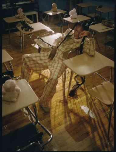 Costume en laine Gucci. Collier en perles Givenchy. Sandales en PVC Melissa.