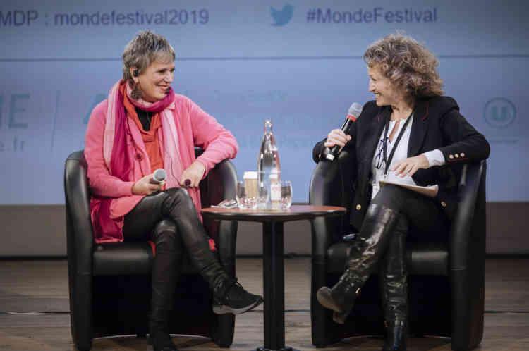 L'amphithéâtre de l'Opéra Bastille a crié haut et fort le mot « vagin» avec Eve Ensler, venue parler des nouveaux combats du féminismes avec Annick Cojean dimanche6octobre. Discours exalté sur scène, standing ovation dans la salle.